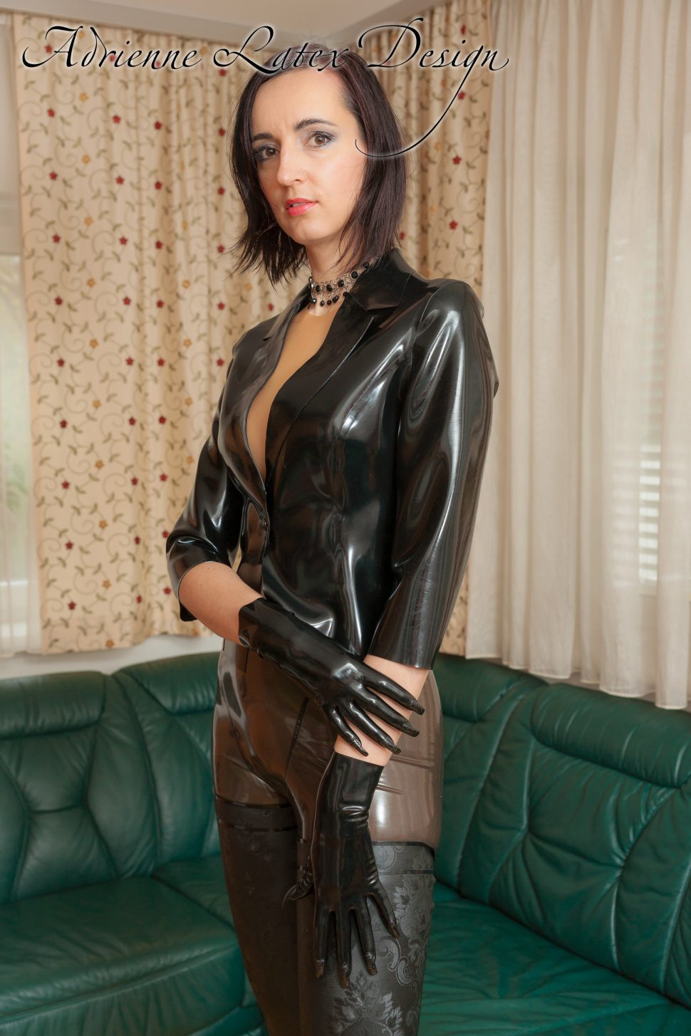 Short latex gloves with black nails
